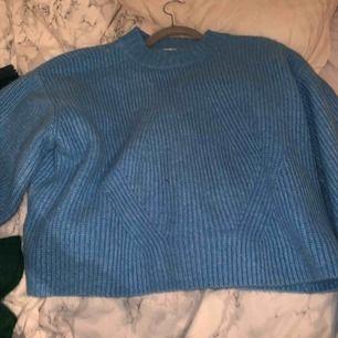 Blå stickad tröja från HM, jättemysig och perfekt till höstkylan!