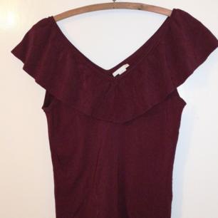 Fin mörkröd färg, tjockt & stretchingt tyg  Passar M-L Kan vara off-shoulder eller vanligt