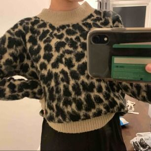 Den trendiga leopard tröjan som är perfekt nu till hösten!! Köptes för 900kr hos märket KAFFE, därav priset. Fraktar endast! 🤜🏽🤜🏽🤜🏽💕