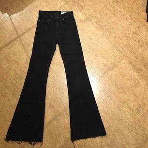 Byxorna är XXS. Svarta jeans från JC. Oanvända. Köparen står för frakten, kan även mötas upp i Malmö.
