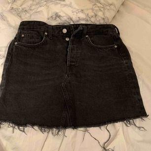 svart jeanskjol från HM, storlek 38