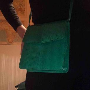 """Grön axelväska i typ grönt ish """"ormskinn"""" material, riktigt modern och cool :) frakt 40kr eller så möts vi på söder💘🙏"""