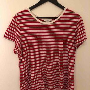 Trendig randig t-shirt från Monki.