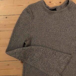 Grå stickat tröja, lite tajtare över byst och mage! Utsvängda armar, riktigt bra skick!!!❤️🥰 frakt tillkommer🥰