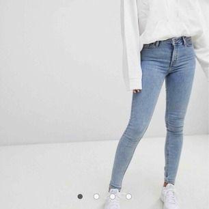 """Weekdays """"body"""" jeans i floridablå💖 så snygga, perfekta jeansfärgen. Köpare står för frakt, kan mötas i Örebro/Västerås!"""