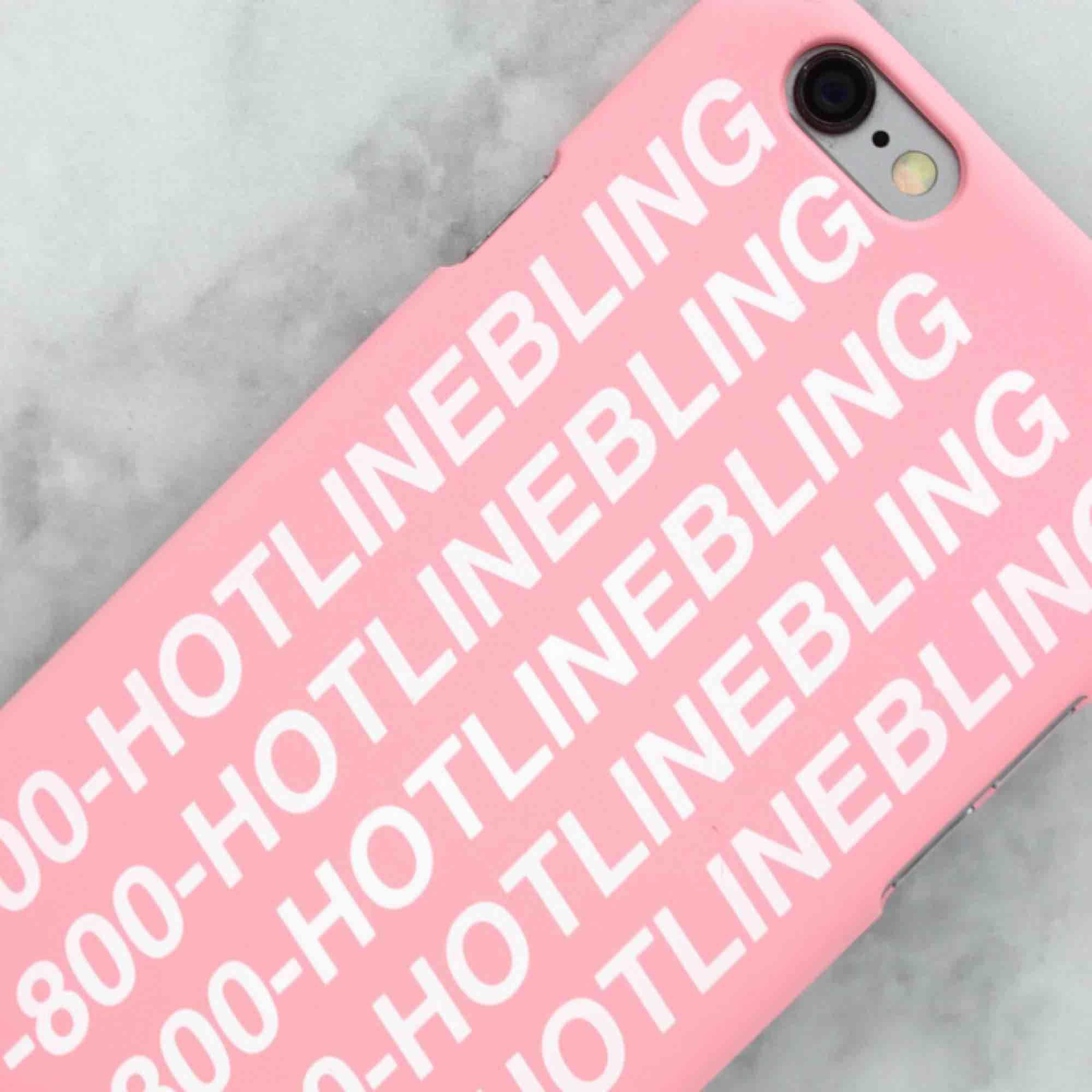 """Jätte fint rosa skal med texten """"1-800-hotlinebling"""" från drakes låt🌹 Bra skick, endast 20kr!!⛑. Accessoarer."""
