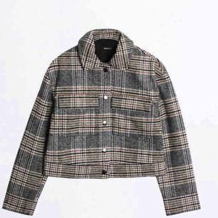 Säljer min oanvända jacka pga att jag tyvärr köpte den i fel storlek. Helt i nyskick, kan skicka bild på min jacka vid önskemål.