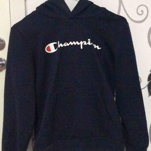 Champion hoodie, barn storlek men passar mig som har Xs. Jättefin o sitter jättebra format. Bra skick.