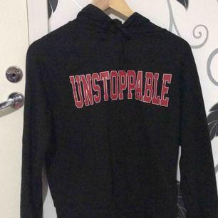 En hoodie från h&m! Bra skick, den ser jättestor ut på bilden men det är den ej! Nypris : ca 250kr