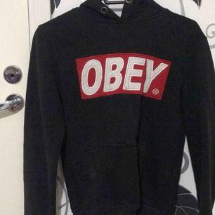 Obey hoodie , finns typ inte att köpa sånna längre! Bra skick , fläckarna på bilderna syns ej irl. Vet ej vart den är köpt dock.