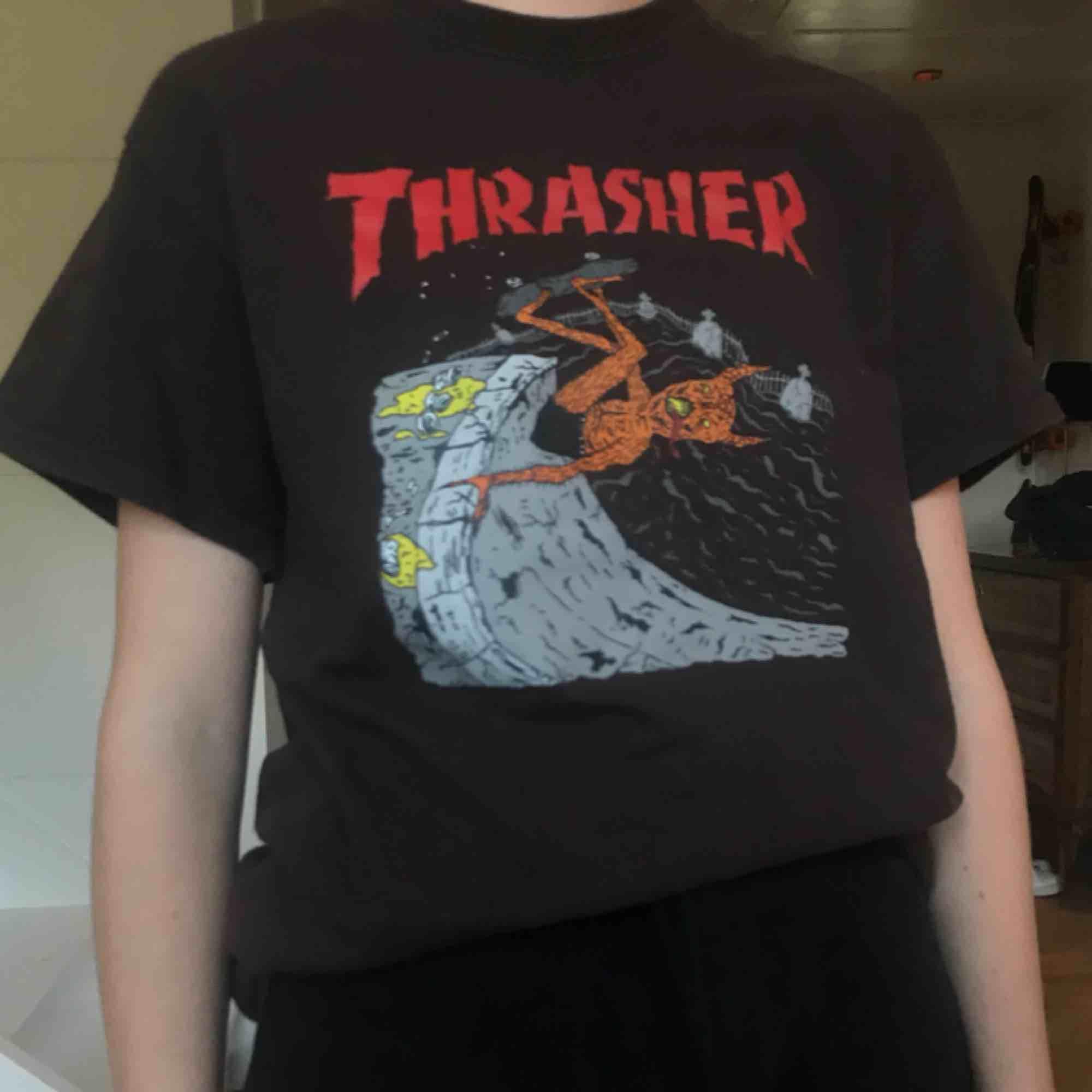 Udda Thrasher tröja köpt från Hollywood. Mycket bra skick Frakt 40kr. T-shirts.