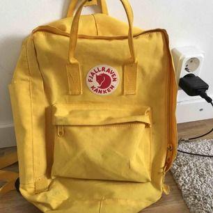 Säljer min fina fjällräven ryggsäck. Den har bara några små fläckar. Nypris 900kr Man sparar 650kr!!!!!