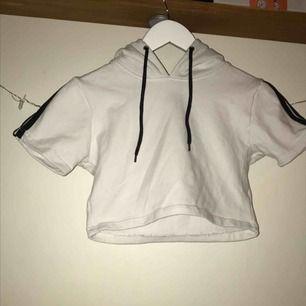 """Snygg croppad """"hoodie"""" från Parisian i stlk 36 (passar mer en 34)💙  I superfint skick och frakten ingår i priset!"""