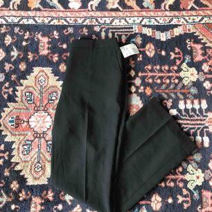 Superfina och eleganta bredare kostymbyxor i chiffongliknande material med vida ben. Aldrig använda då dem är alldeles för stora för mig! Frakt: 65kr