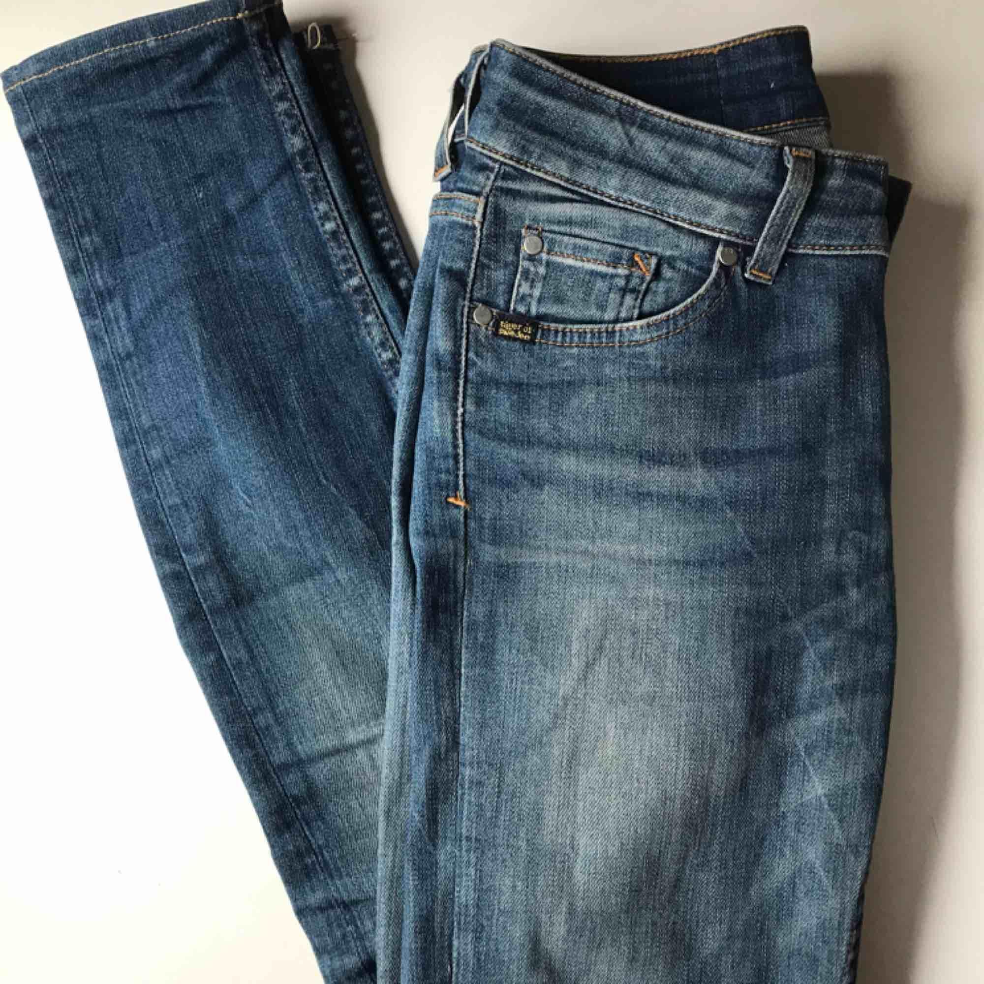 Näst intill nya Tiger Of Sweden jeans, använda fåtal gånger, säljes pågrund av storlek. Kan mötas upp i Stockholm annars står du för frakt! . Jeans & Byxor.