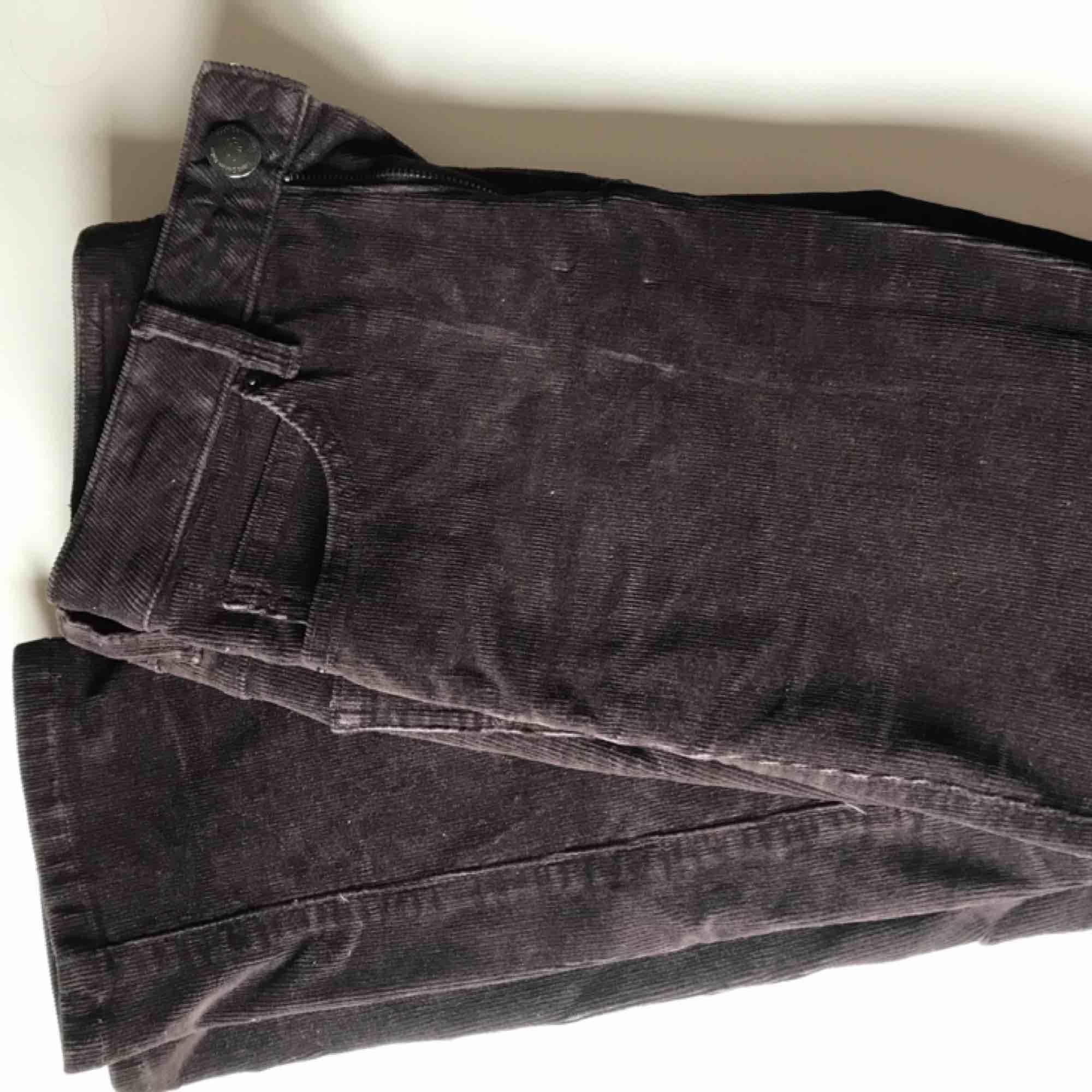 Vintage Manchester-byxor i väldigt mörk brun färg! Uppskattad storlek är S med rak passform, jag är 160 och de slutar vid fotknölen. Säljes pågrund av storlek. Kan mötas upp i Stockholm annars står du för frakt.. Jeans & Byxor.