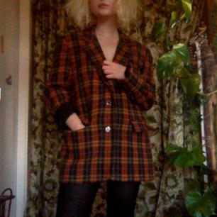 Perfekta vintage höstkavajen/jackan! Jag är storlek S och har använt den oversized men den är uppskattat till storlek M. Varm och fodrad i mjukt material🌻 Nyskick!  Spårbar frakt 63kr! Hör av dig om du undrar något :-)