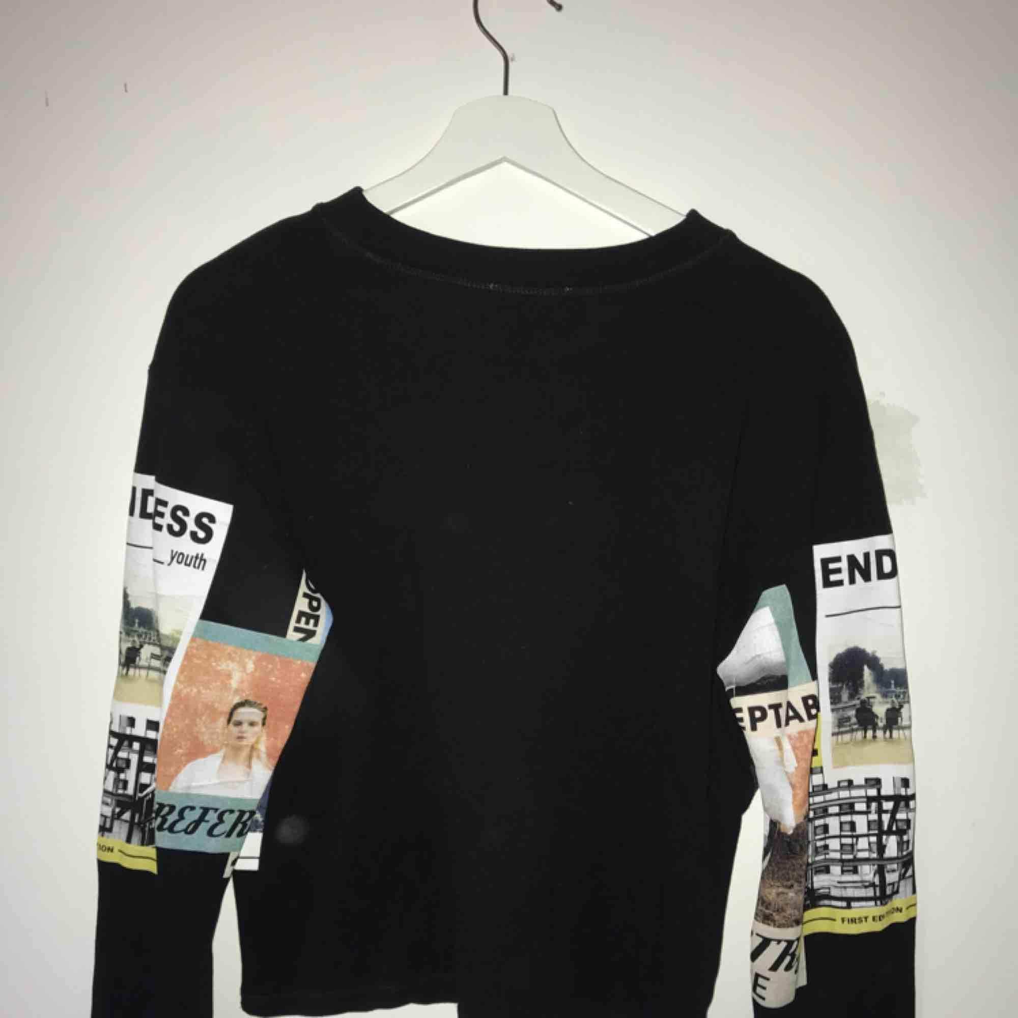 Oversized sweatshirt med tryck I storlek S, använd 2 gånger. Kan mötas upp i Stockholm annars står du för frakten.. Tröjor & Koftor.