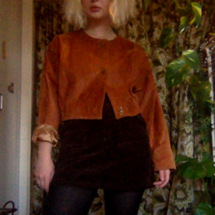 Unik cropped vintage läderjacka! Läder i mycket bra skick, fina knappar och silkigt fodrad🌻  Spårbar frakt för 63kr. Fråga om du undrar något :-)