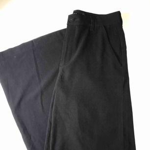 Svarta vida kostymbyxor storlek S från Ellos. Kan mötas upp i Stockholm annars står du för frakt.