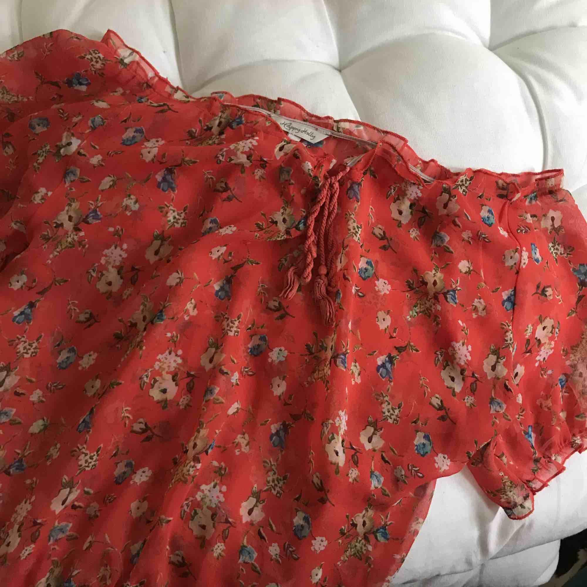 Romantisk blus som man kan ha både off shoulder och som vanligt. Underbar och passar större stl beroende på hur man vill ha den.. Blusar.
