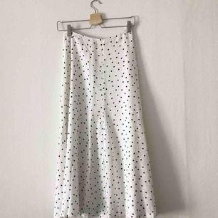Superfin prickig midi-kjol i satin-liknande tyg. Passar 34-36. 🌟