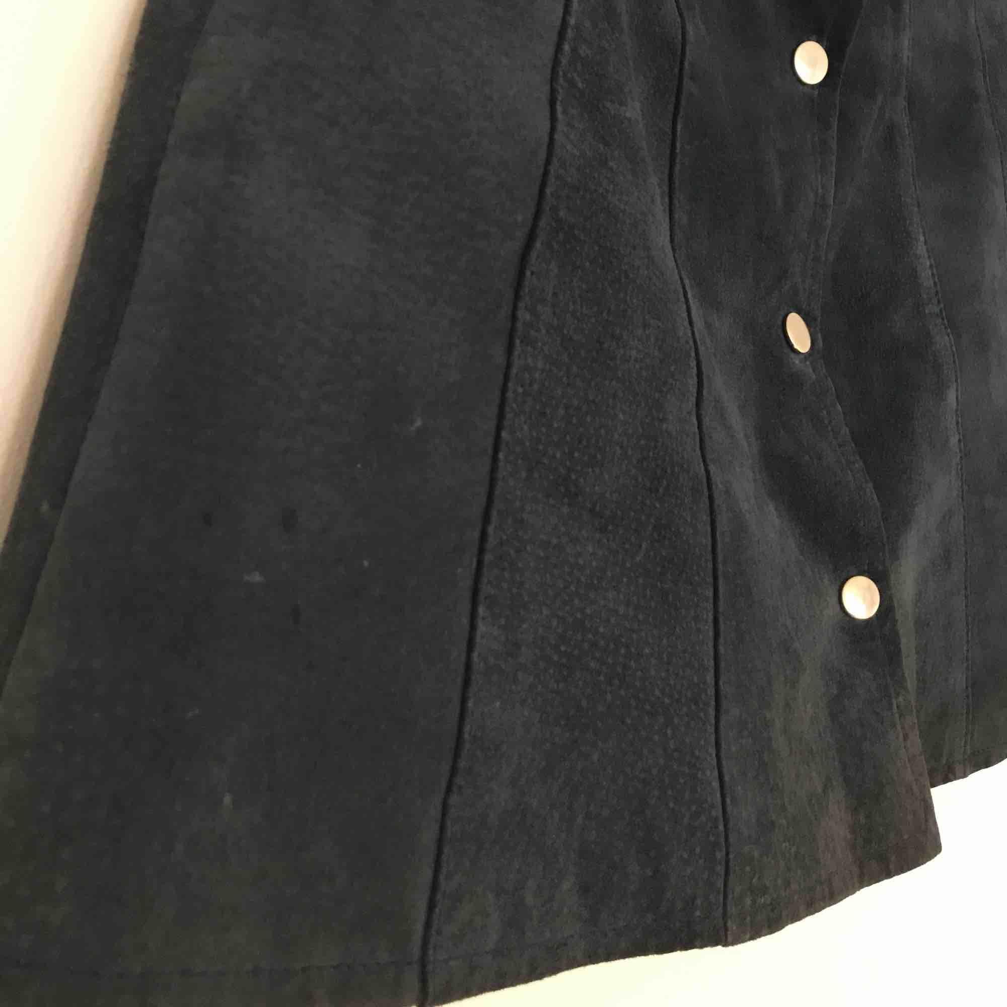 Fantastisk mörkblå vintage mockakjol. Har för många mockakjolar tyvärr 🐳. Kjolar.