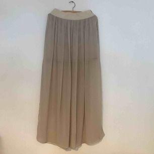 Skir beige lätt högmidjad kjol m innerkjol, knappt använd.