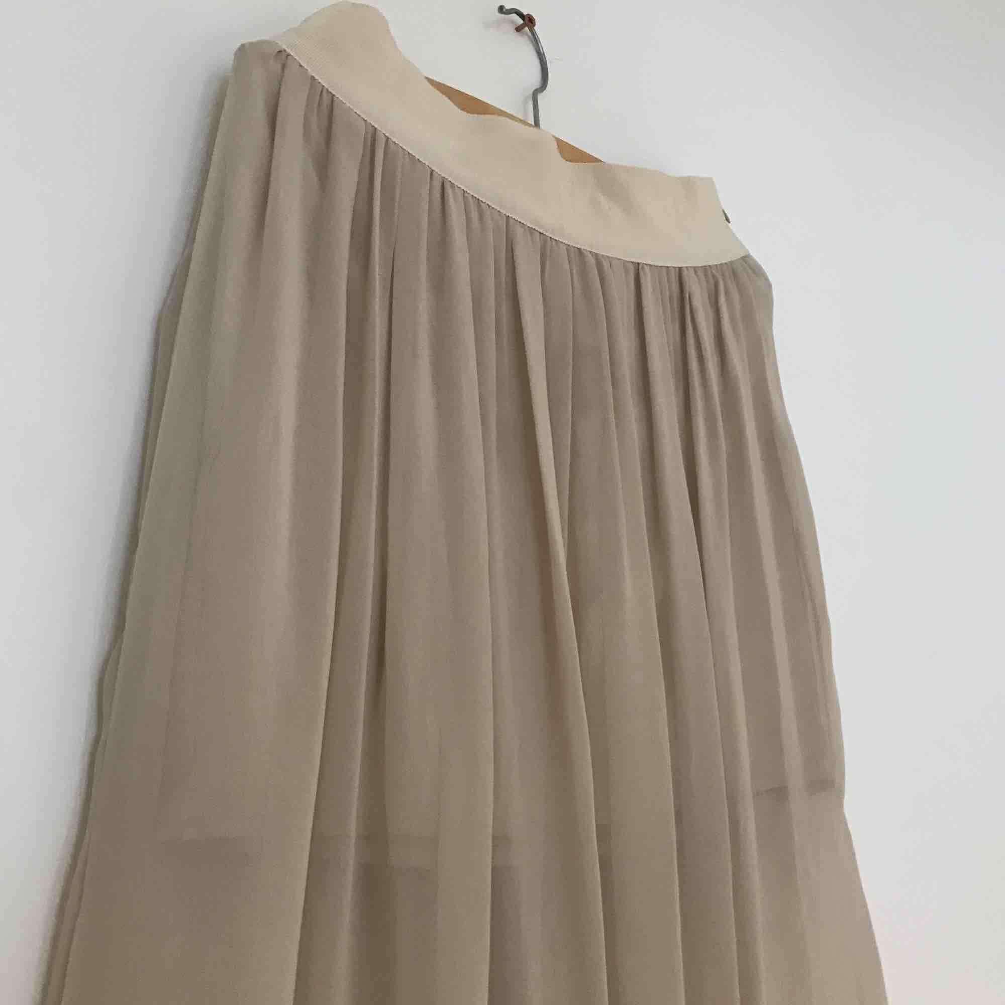Skir beige lätt högmidjad kjol m innerkjol, knappt använd.. Kjolar.