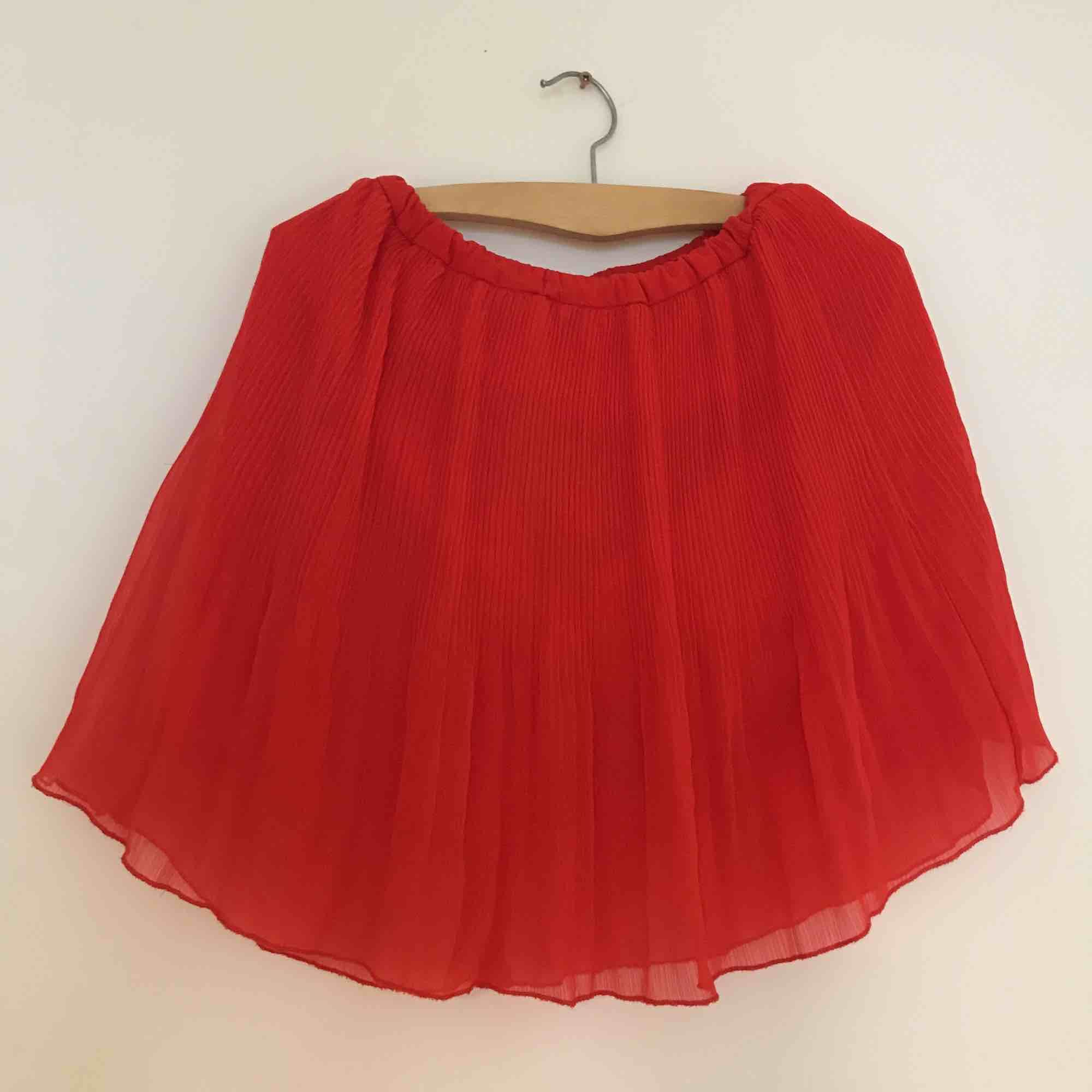 Plisserad röd kjol inköpt i Kanada, älskar den 🌶. Kjolar.