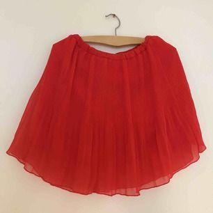 Plisserad röd kjol inköpt i Kanada, älskar den 🌶