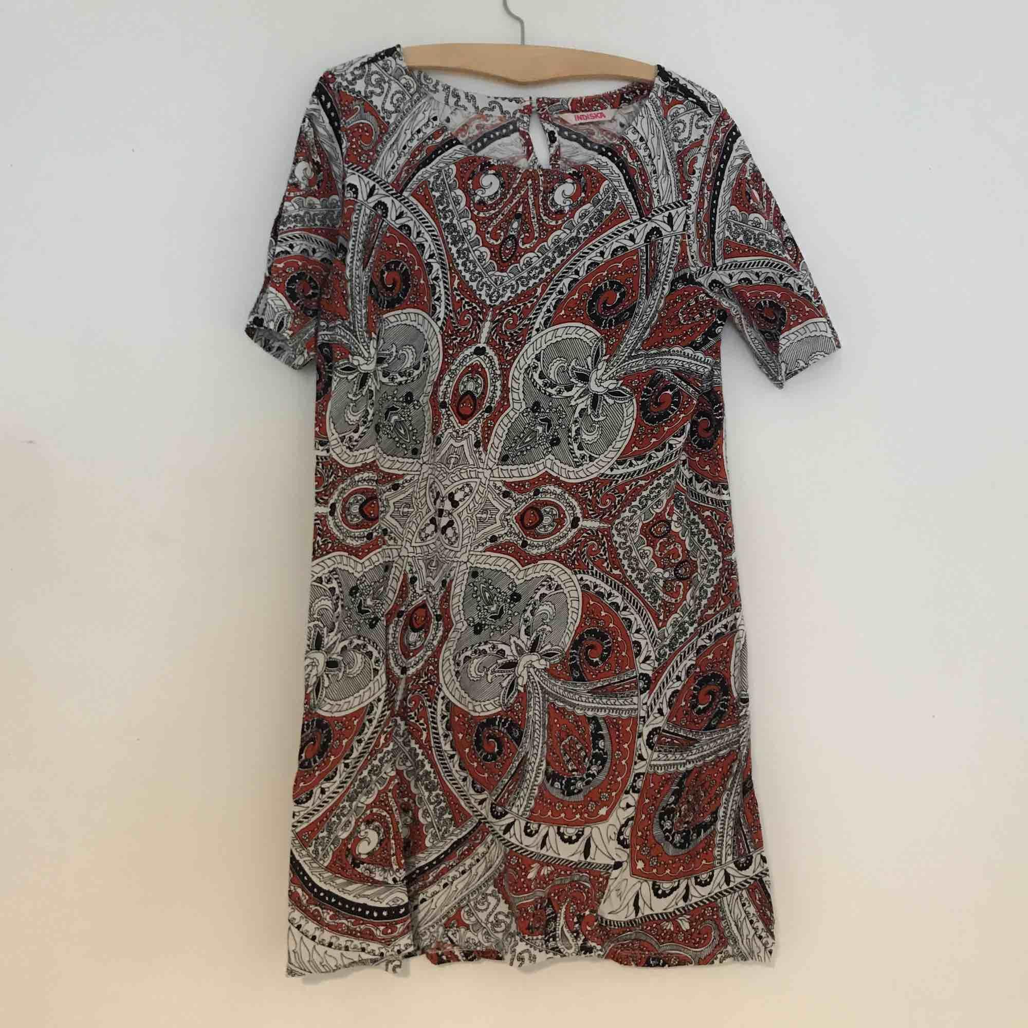 T-shirtklänning i fint print, superskön oversize.. Klänningar.