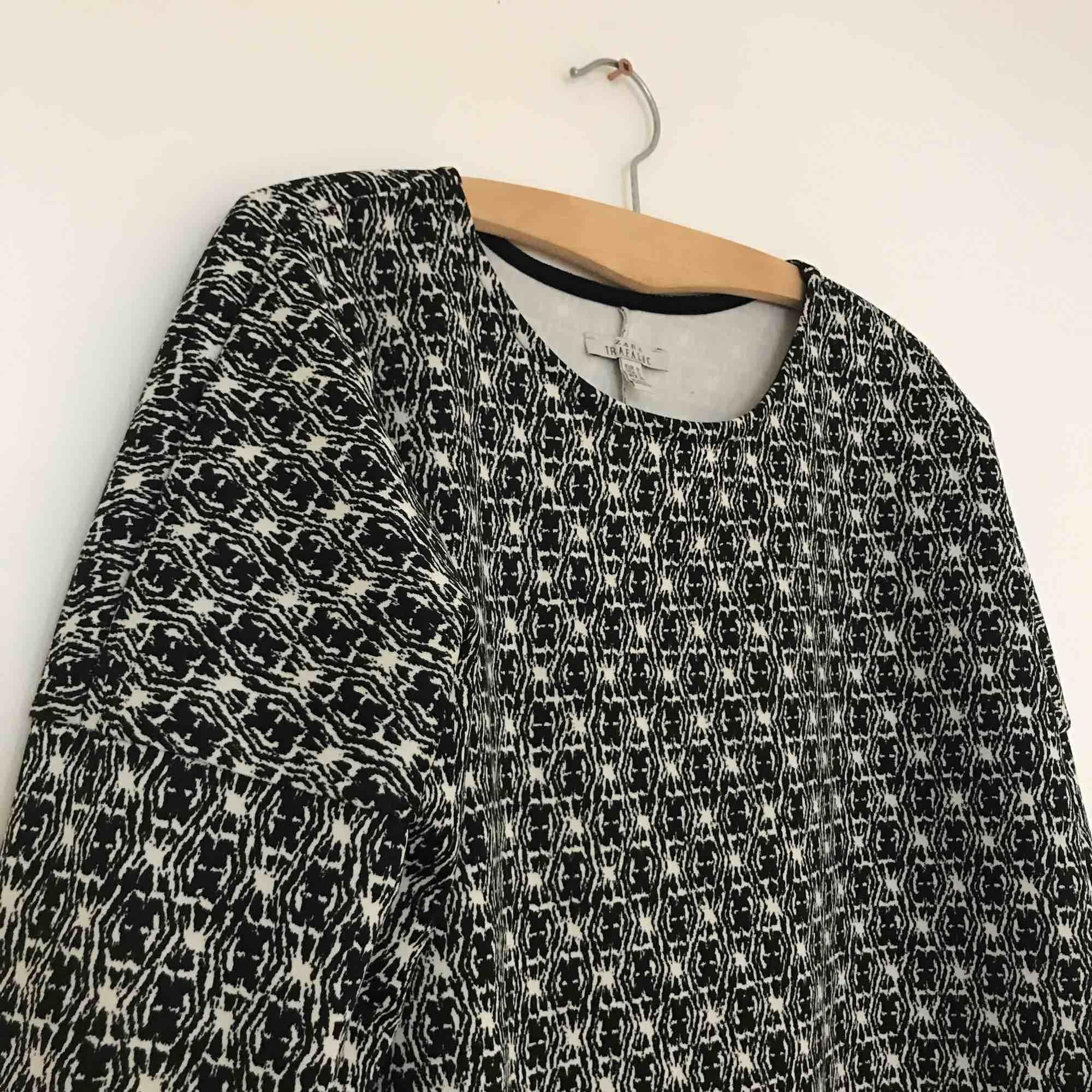 T-shirtklänning i lite scubamaterial, skön som stryk . Klänningar.