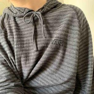 annorlunda stickad hoodie. väldigt lös och rak passform, mysig till vintern osv 😍