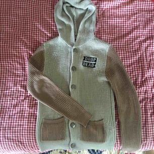 Superskön och fin drop dead hoodie med luva och en patch på! Fint skick. Vid frakt står köparen för kostnaden 🌱