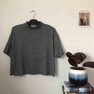 oversized grå croptop från Light before Dark, köpt på Urban Outfitters. storlek M. fint skick! frakt ingår!