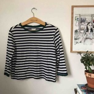 trekvartsärmad randig tshirt från Cooperative köpt på Urban Outfitters. storlek M.