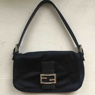 Säljer min Fendi Baguette nylon väska som är köpt secondhand från Japan! Kan gå ned i pris lite vid snabb affär 🌻