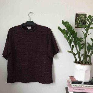 vinröd oversized tshirt med glitterränder. märke cooperative köpt på urban outfitters. storlek M. frakt ingår!