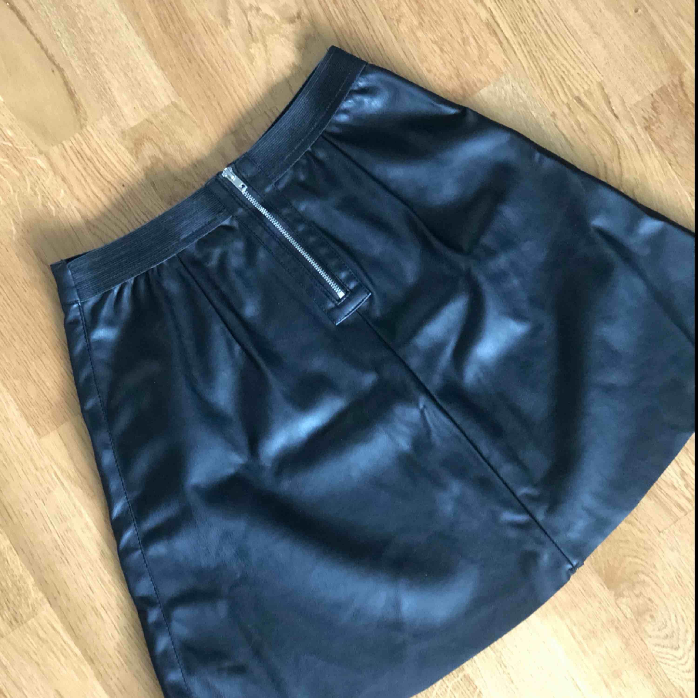 Kjol i läderimitation, oanvänd med lappen kvar. Säljes då den är för stor för mig. . Kjolar.