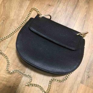 Säljer min oanvända svarta väska med guldkedja. Kan mötas upp i Karlstad annars står köparen för frakten