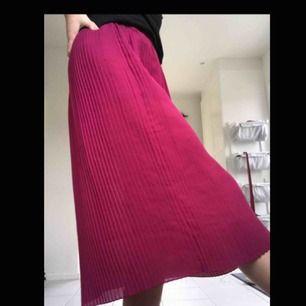 Rosa plisserad kjol köpt på beyond retro, strl XS/S