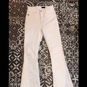 Vita boot cut jeans från tiger of sweden. Använda två gng men tyvärr är dem förlänga för mig ( jag är 1,58 ) som ni ser på andra bilden har dem blivit lite förstörda men något som absolut inte syns! säljer dem för 195 kr eller om fler är intresserade bud