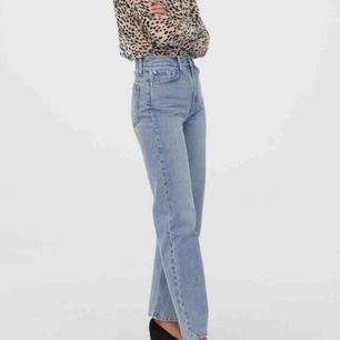 Supersnygga jeans från H&M! Helt slutsålda på hemsidan! 🌟 Riktigt hög midja och raka vida ben. Storlek 34.