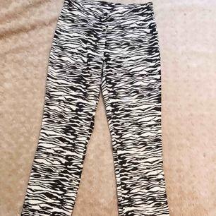 super snygga och sköna zebra byxor, köptes i USA för ett tag sedan. Tyvärr kommer dem aldrig till användning. 150 kr eller bud om fler är intresserade