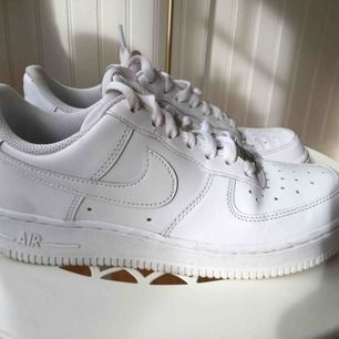 Nike air force 1'07 dam  Storlek: EUR 37,5  Säljes pga fel storlek  Orginalkartong och kvitto finns  Använda ett fåtal gånger  Köparen står för frakten