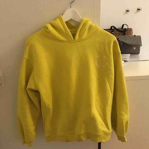 Jätte skön hoddie i en gul fin färg
