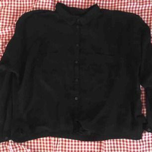 Transparent svart skjorta. Dessvärre har den mindre hål (endast dom som syns på bild) men det tänka inte på när en har på sig den och går säkert att laga. Passar från xs-medium
