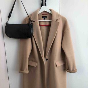Beige/brun kappa från topshop i storlek 34. Två fickor och knäppning fram. Priset kan diskuteras.