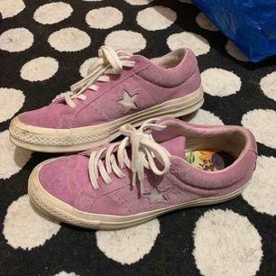 Lila Golf le Fleurs, inte använda så mycket men hade på mig dom på en fest och de blev helt leriga så mockan blev lite grå efter jag tvättade dem, annars själva skorna i bra skick, Kan tvättas innan jag skickar dem 👿Frakt: 90kr👿